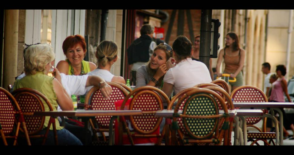 Group enjoying a drink at a terrace in Orléans © X. Pardessus - CRT CDVL